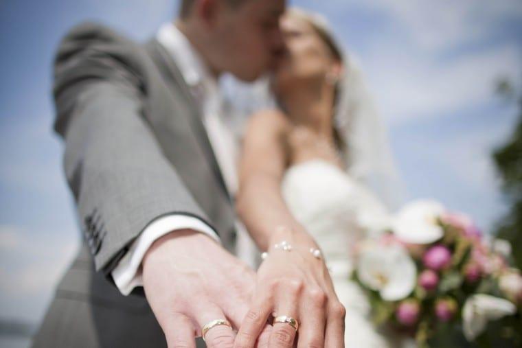 Trouwreportage, bruidsfotograaf ringen en kus UitjedakFotografie Nieuwegein, Utrecht